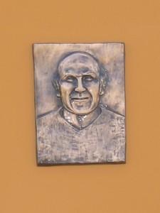 Bronze représentant Louis Héraud (sur la tribune)